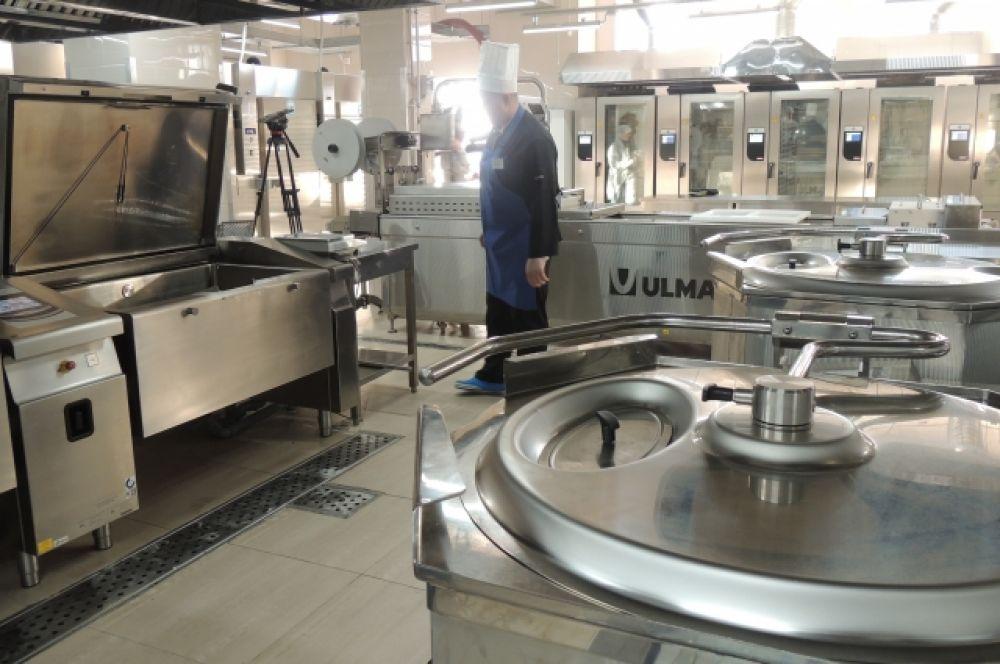 На кухнях десятки печей и конвейеров, для приготовления первого, второго, закусок и десертов.