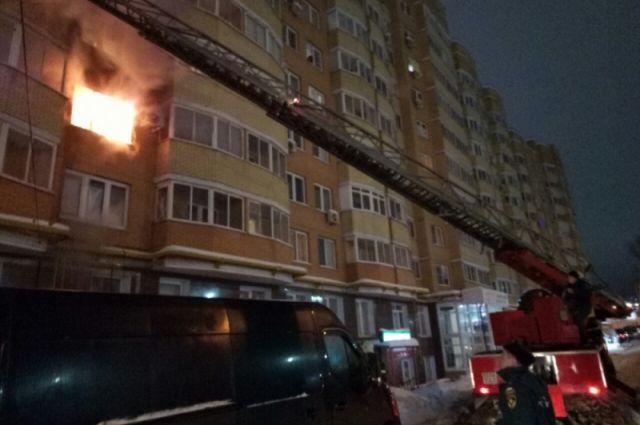 Жилую многоэтажку тушили пожарные в центре Хабаровска.