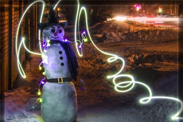 Снежные фигуры и снеговики украшают Новосибирск.