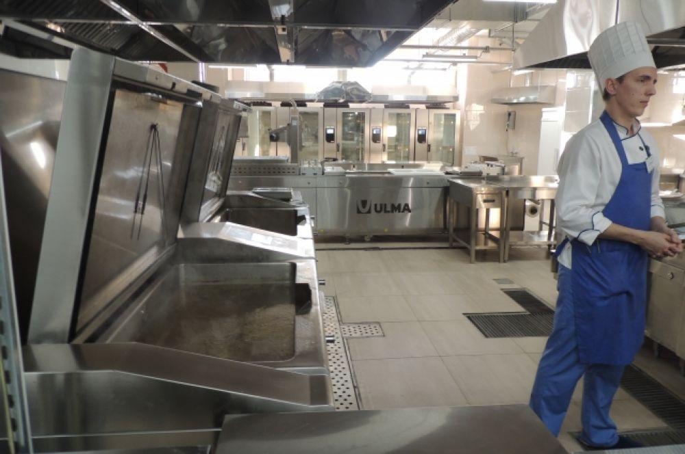 В здании три этажа, на каждом кухни, холодильное оборудование, помещения под хранение еды и заморозку.