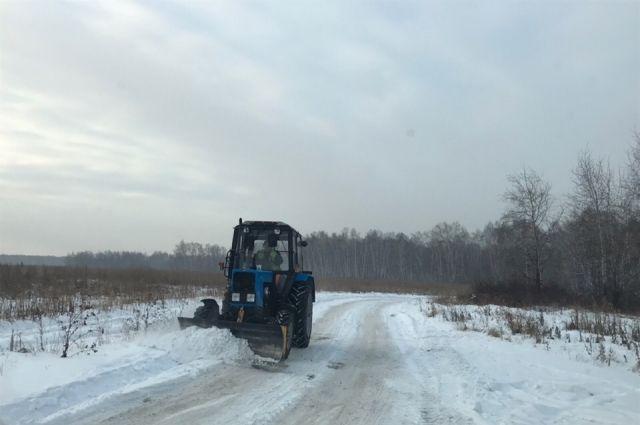 Временную дорогу немного расширили с помощью грейдера и трактора.