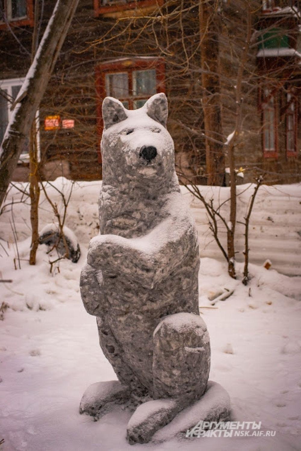 Снежный волк - ещё один необычный житель креативного новосибирского двора.