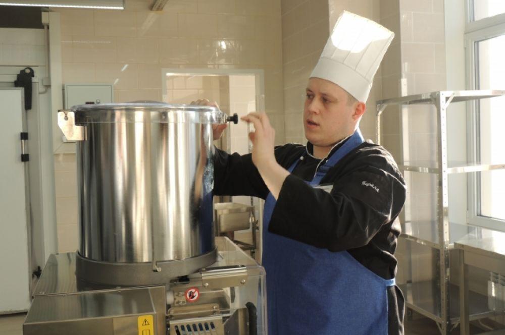 Повар показывает оборудования для приготовления бифштекса.