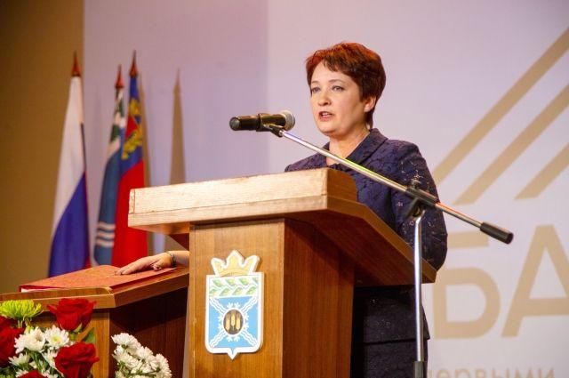 Татьяна Климина приняла присягу, положив руку на Устав района.