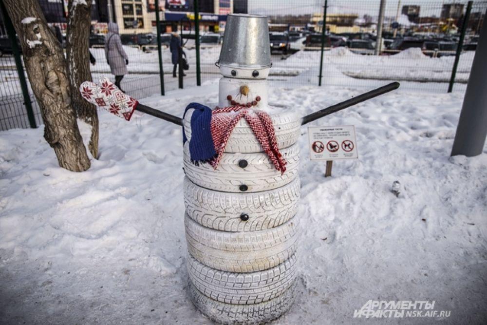 Снеговиков можно делать даже из автомобильных покрышек, главное - творческий подход.