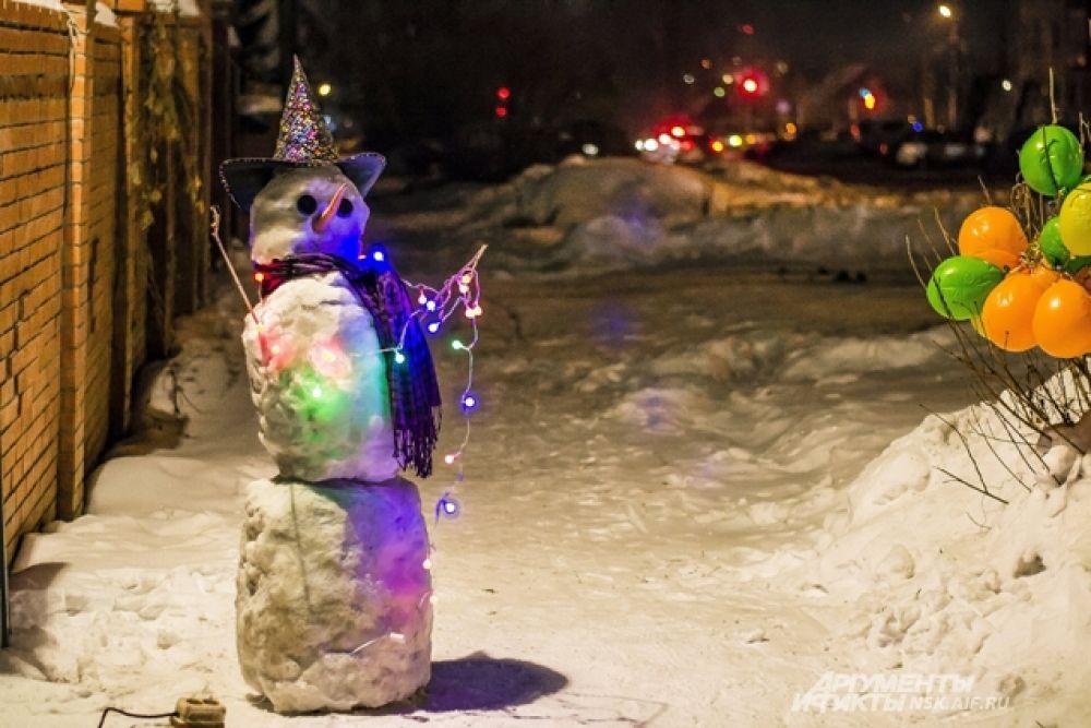 Снеговик-волшебник дарит новосибирцам зимнюю сказку.