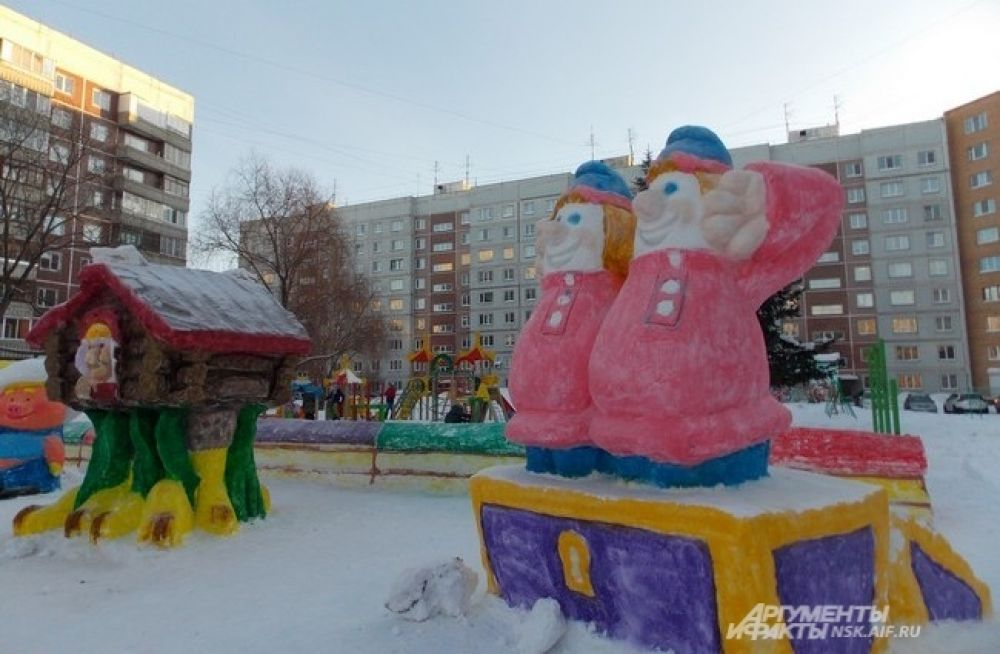 В дворе в Академгородке можно встретить трёх из ларца, Емелю с Щукой, Бабу-Ягу и других героев.