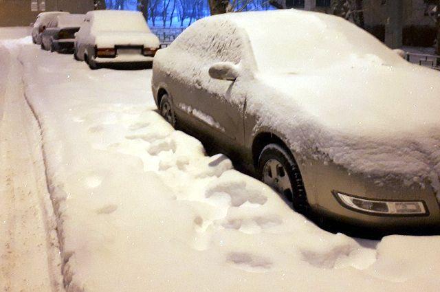 В Тюмени брошенные автомобили мешают дорожникам убирать снег