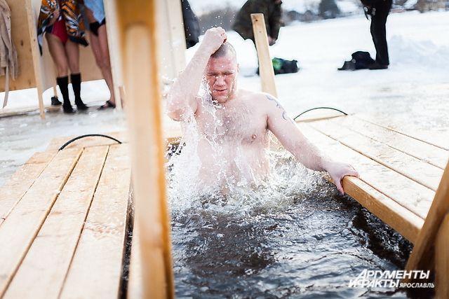 Священники предупреждают, что купание в холодной проруби не является обязательным.