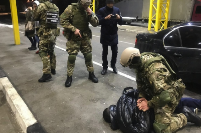 Правоохранители задержали на границе двух злоумышленников, которые пытались вывезти трех украинок в страну Евросоюза для сексуальной эксплуатации.