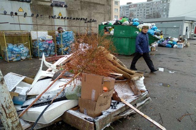 Свалка рядом с домом 162 по ул. Горького в Калининграде