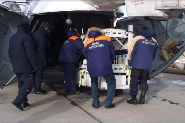 На борт Ми-8 установили медицинский блок для перевозки ребенка.