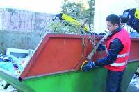 В городах вывоз мусора налажен, в сёлах пока нет.