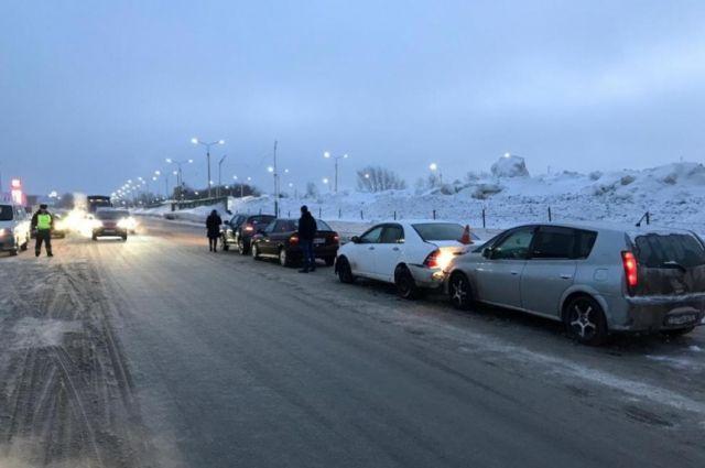 Травмы позвоночника получили два водителя в массовом ДТП в Новосибирске