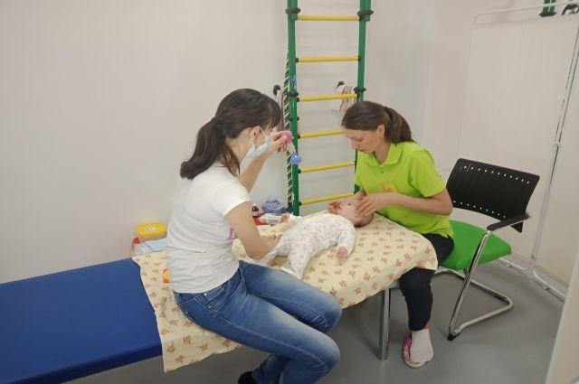 С малышами Ноябрьска занимаются неврологи из Омска