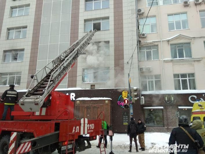 Дым валил из двух окон здания по улице Монастырской.