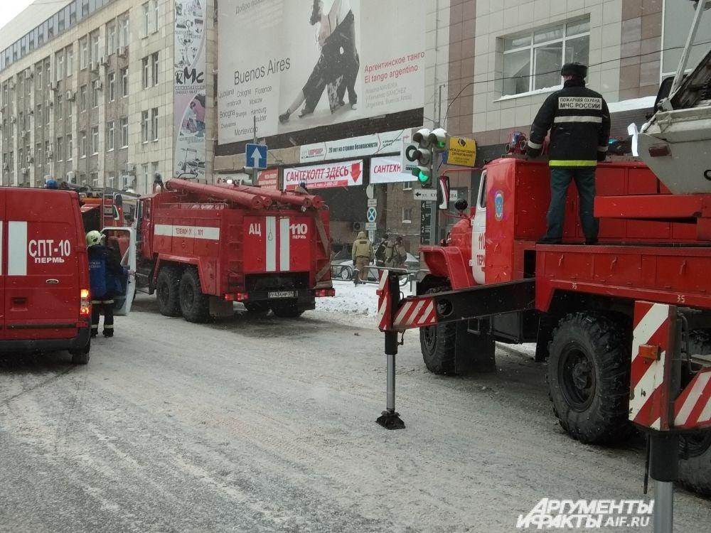 Более шести пожарных машин приехали на место ЧП.