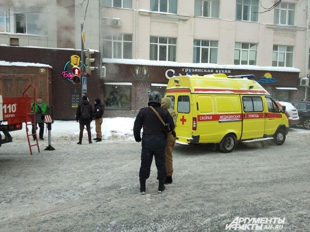 На месте работали восемь бригад скорой помощи.