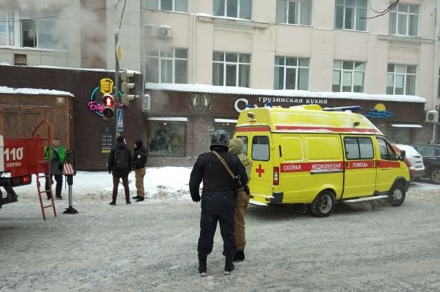 На месте пожара офиса в центре Перми работали восемь бригад Скорой помощи.