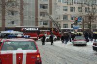На камеры пермяков попал момент, как несколько сотрудников офиса, где произошёл пожар, пытаются спастись.