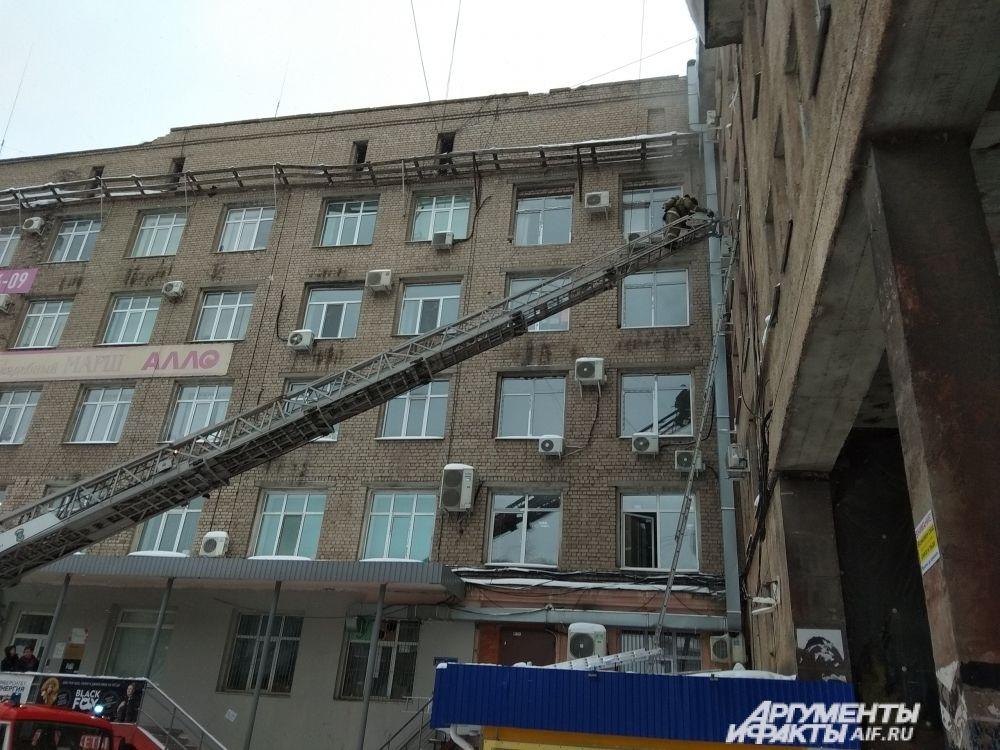Из окон с другой стороны здания также валил дым.