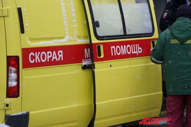 В скорой помощи рассказали, что из окна горящего здания спасаясь выпрыгнули две женщины.
