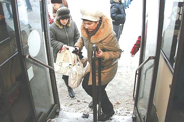 66-летняя оренбурженка выпала из автобуса и сломала ногу
