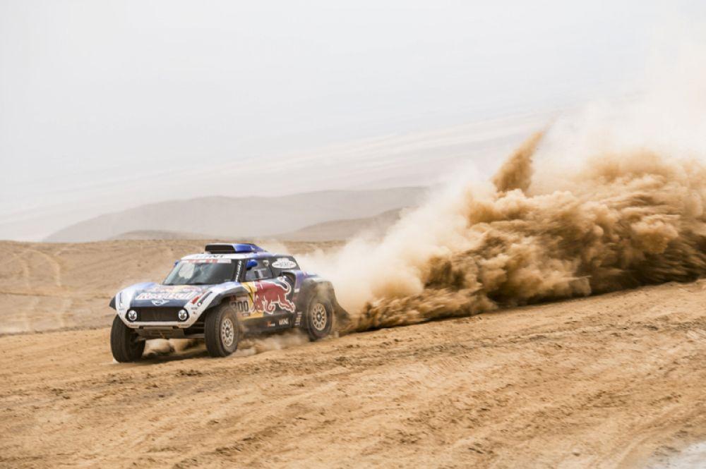 Испанский гонщик Карлос Сайнс из команды X-raid MINI JCW во время четвертого этапа ралли Дакар на участке Арекипа – Такна.