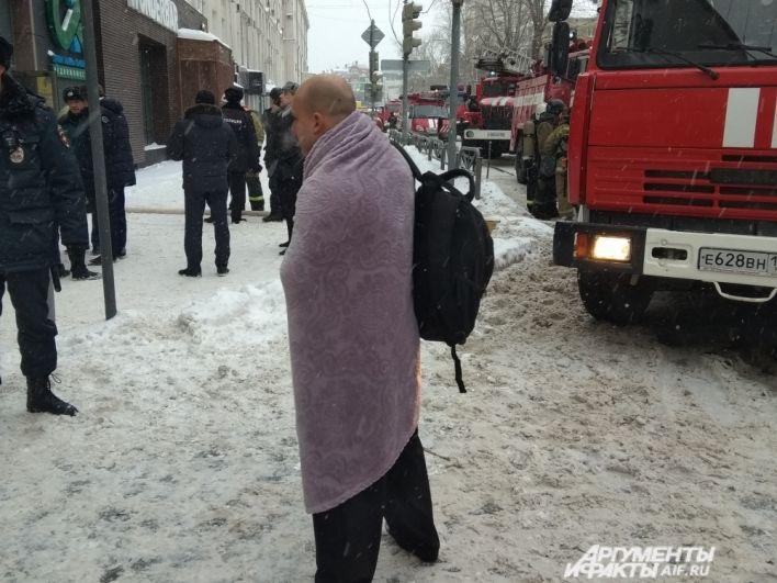Некоторые люди, спасаясь из горящего здания, не успели одеться.
