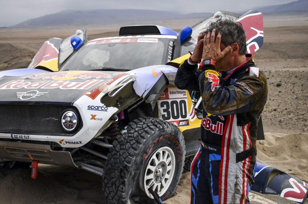 Испанец Карлос Сайнс из команды X-Raid Mini JCW после того, как во время третьего этапа ралли повредил подвеску своего автомобиля.