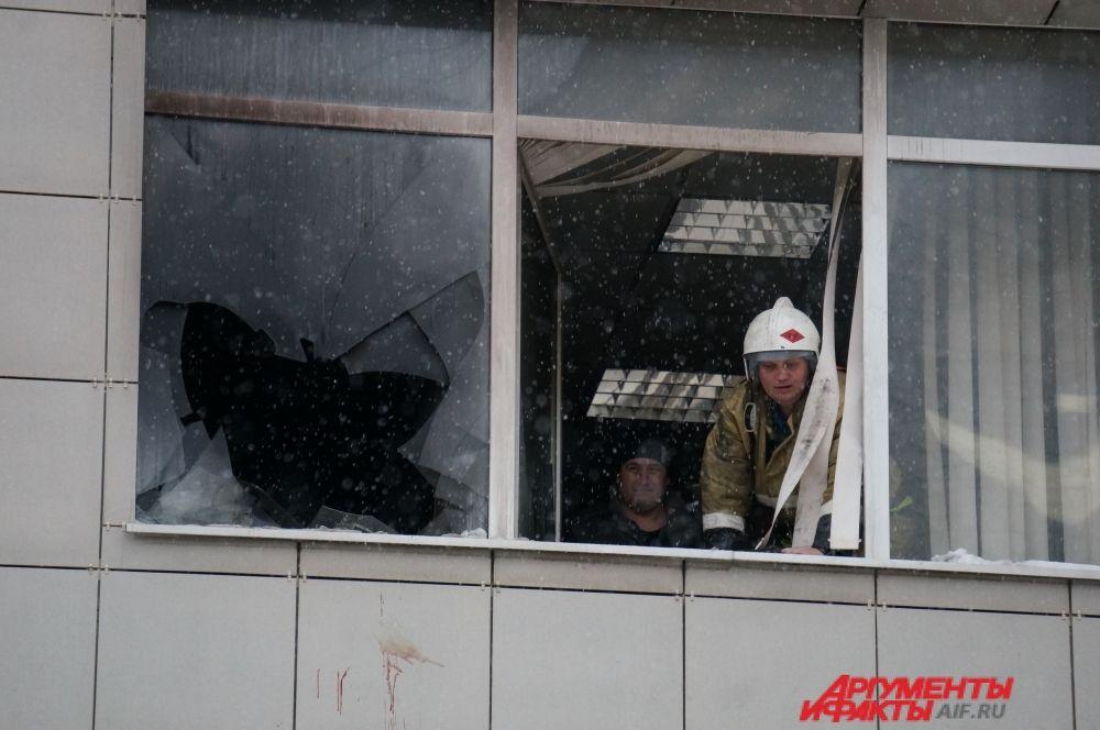 Пожарные осмотрели офис, где произошёл пожар.