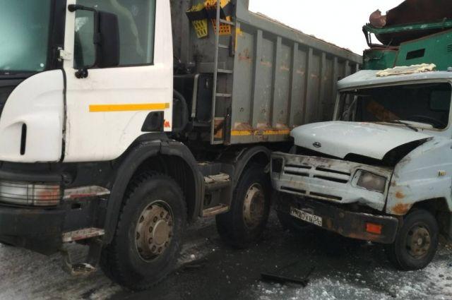 На трассе Гай - Орск грузовик столкнулся с иномаркой.