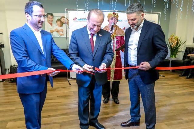 Мэр Тулы Юрий Цкипури ( в центре), председатель совета директоров клиники.