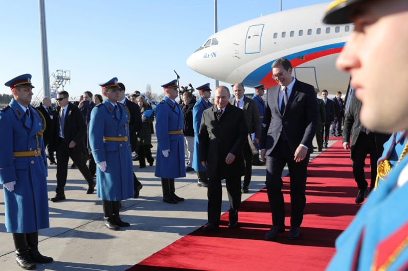 Сразу после прилета Путин вместе с Вучичем отправился к Мемориальному комплексу освободителям Белграда. Российский и сербский лидеры возложили венки к памятнику советским воинам-освободителям.