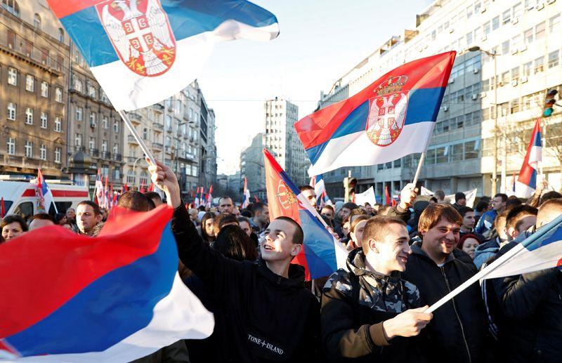 Жители Белграда с российскими флагами во время визита Путина.