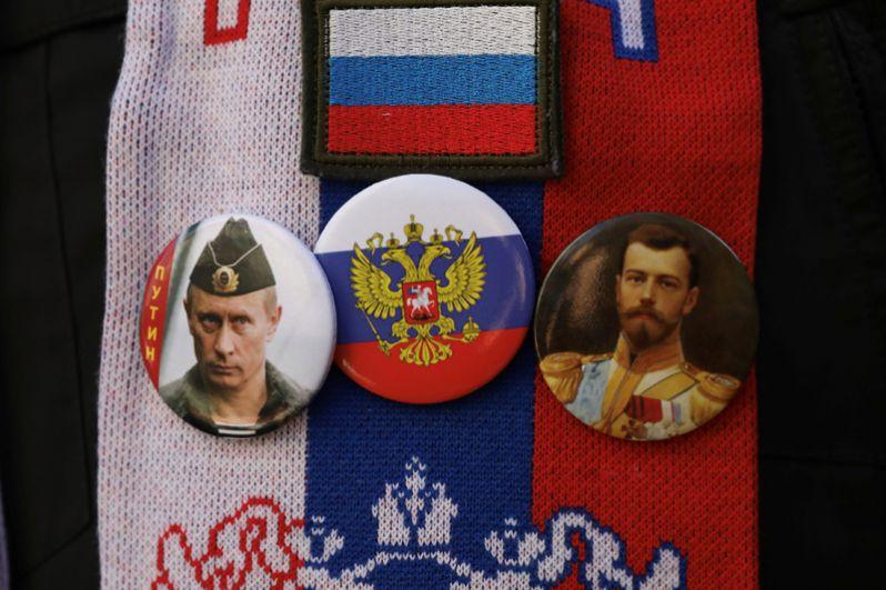 Значки с изображением Владимира Путина, герба России и царя Николая II во время визита Путина в Белград.