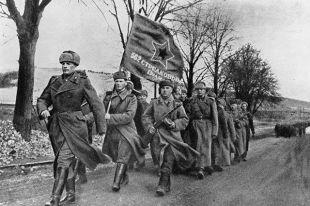 Стрелковый полк на марше. Советские войска на территории освобожденной Польши.