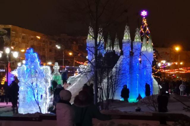 В Ноябрьске уже несколько раз чинили скульптуры в ледовом городке