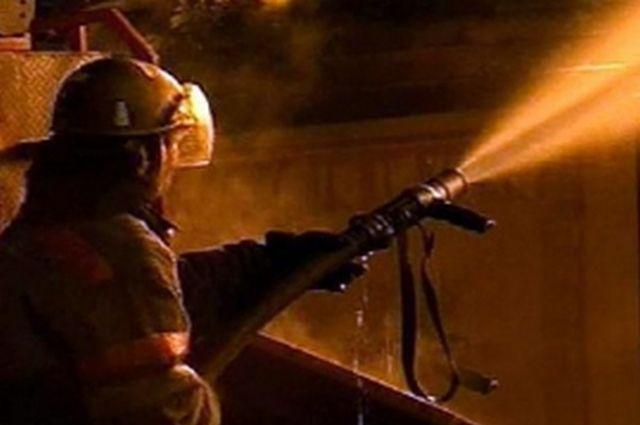 Пожарные тушили за ночь два дома