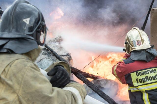 Предположительно, пожар начался из-за неосторожного обращения с огнём.