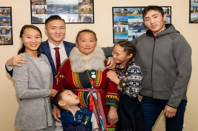 Жительницу Яр-Сале наградили медалью «Материнская слава Ямала»