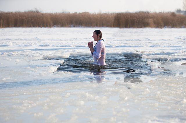 Воспаление, обморок, выкидыш. Кому и почему не стоит купаться в проруби?