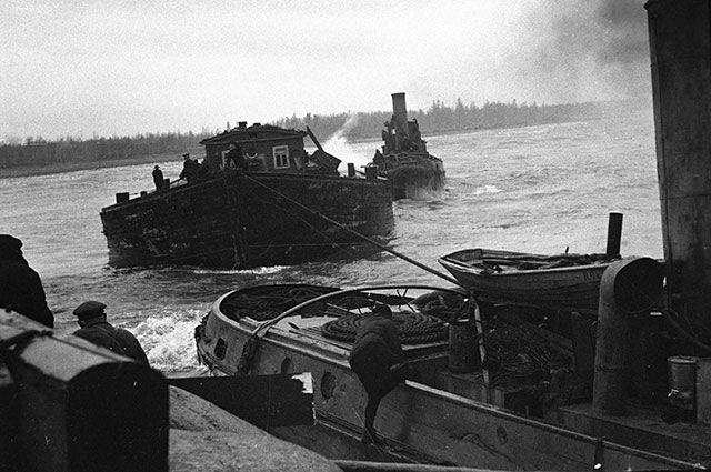 Катера доставляют продукты по Ладожскому озеру в блокадный Ленинград.