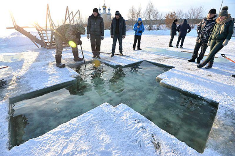 Подготовка иордани для крещенских купаний наберегу озера Смолино возле храма иконы Божией Матери «Утоли моя печали» вЧелябинске.