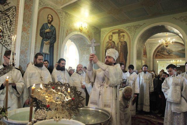 Митрополит Григорий освятил воду в Свято-Симеоновском соборе.