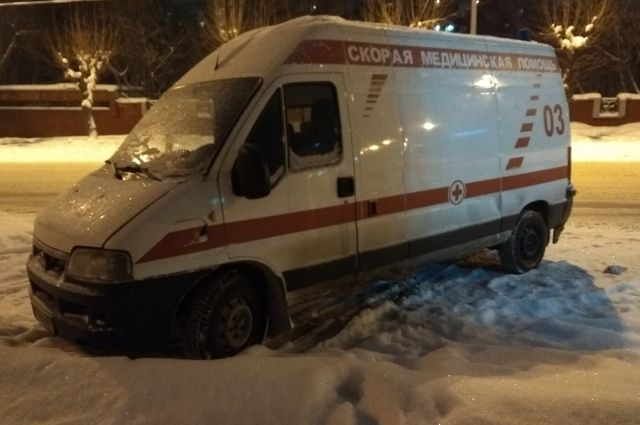 Агрессивный пешеход избил автомобиль скорой помощи в Новосибирске