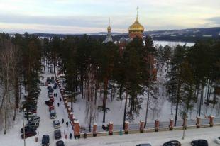 Сотни людей и десятки автомобилей заполонили подходы к храмам.