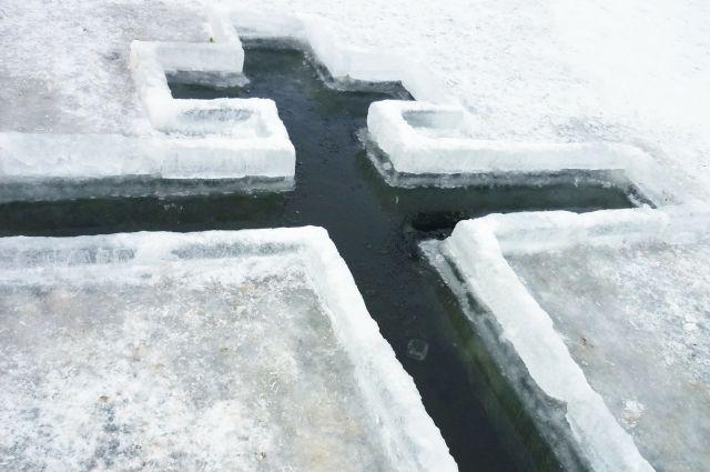 Желающих окунуться в ледяную воду сегодня в Новосибирске много.