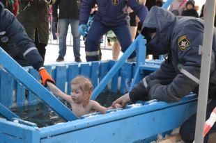 Более четырёх тысяч жителей Коми окунулись в Крещенскую ночь.