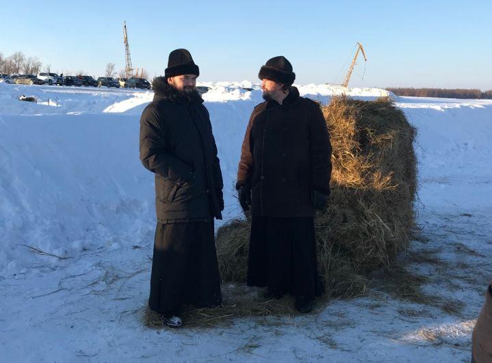 Также присутствуют представитель духовенства и казачества.